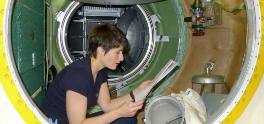 Samantha Cristoforetti esamina l'equipaggiamento d'emergenza nel mockup del segmento russo della ISS. Fonte: Samantha Cristoforetti
