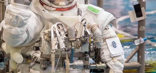 Samantha Cristoforetti in tuta EMU viene calata nel NBL per una simulazione di EVA. Fonte: NASA/Stafford