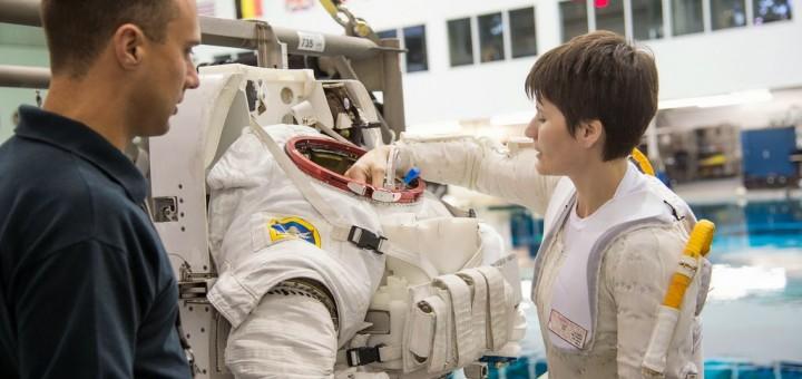 Samantha Cristoforetti sistema la valvola blu della sacca per l'acqua nella tuta EMU in una sessione al NBL. Fonte: NASA/Stafford