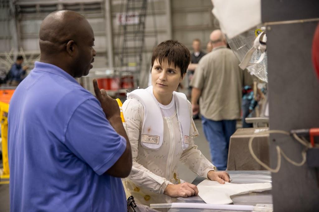 Samantha Cristoforetti si prepara a una sessione di addestramento EVA al NBL. Fonte: NASA/Stafford