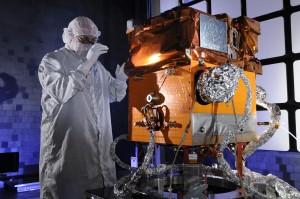 Il satellite STPSat-3 viene sottoposto agli ultimi controlli. (C) Ball Aerospace