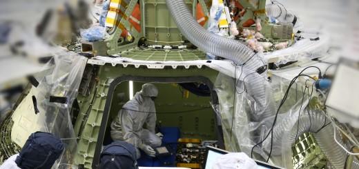 Tecnici lavorano all'interno del modulo abitabile di Orion in costruzione al Kennedy Space Center per preparalo alla prima accensione. Image Credit:Lockheed Martin