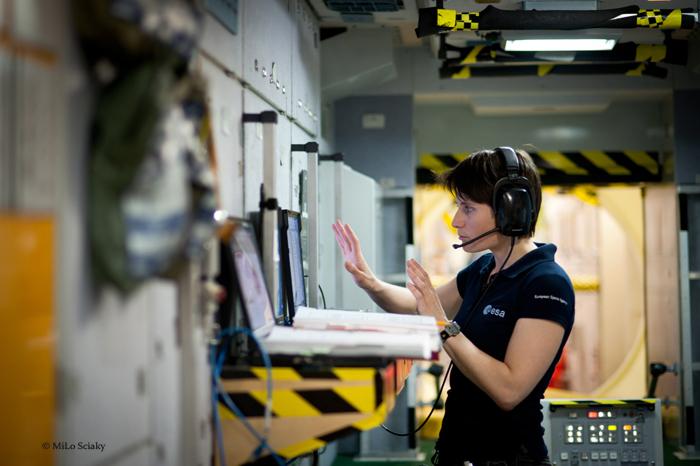 Houston, Texas-Samantha Cristoforetti Astronauta dell'Agenzia Spaziale Europea (ESA), all'interno della riproduzione della Stazione Spaziale Internazionale, durante una fase del suo allenamento al Johnson Space Center della Nasa. Samantha Cristoforetti è attualmente assegnata al programma di addestramento che copre la navicella russa Sojuz, i sistemi della Stazione Spaziale Internazionale, la robotica e le attività extraveicolari. Fonte: (C) Milo Sciaky