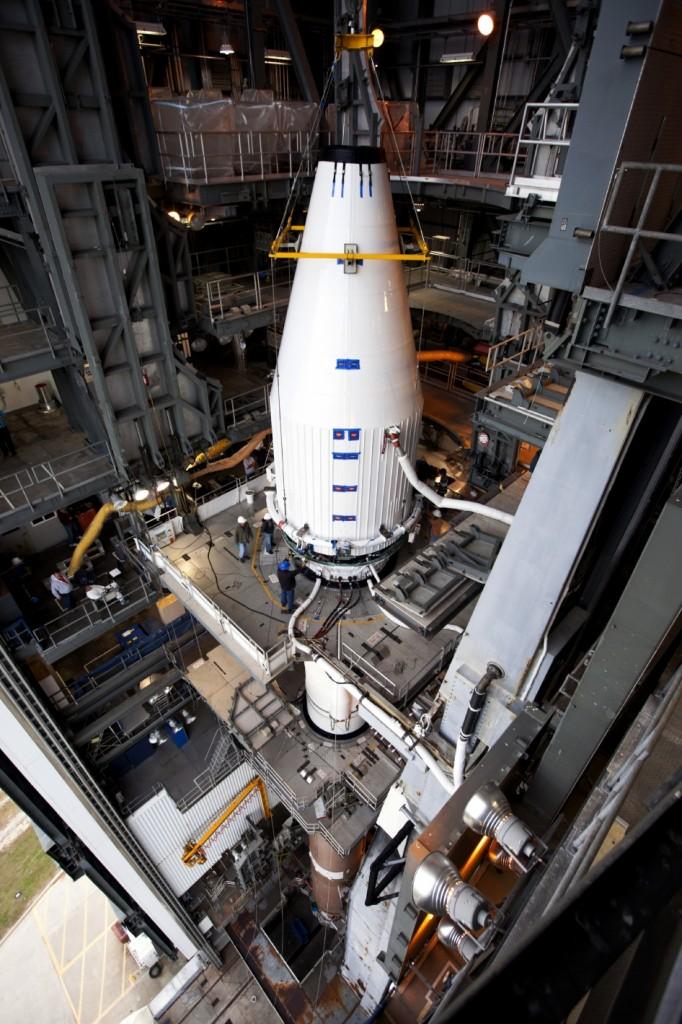 MAVEN al momento dell'assemblaggio in cima al vettore Atlas V. Credit: NASA/Kim Shiflett.