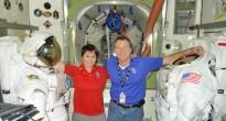 Samantha Cristoforetti e Terry Virts nel mockup dell'airlock della ISS al JSC. Fonte: Samantha Cristoforetti