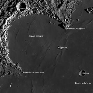 In questo mosaico proveniente dal Lunar Reconnaissance Orbiter si vede il Sinus Iridum, regione scelta per l'atterraggio di Chang'e 3. La zona ripresa è larga 360 km e la freccia rappresenta il punto di atterraggio del Lunokhod 1. (c) NASA/LRO