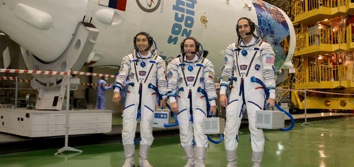 L'equipaggio della Soyuz TMA-11M: Koichi Wakata, Mikhail Tyurin, e Rick Mastracchio. Fonte: NASA/Victor Zelentsov