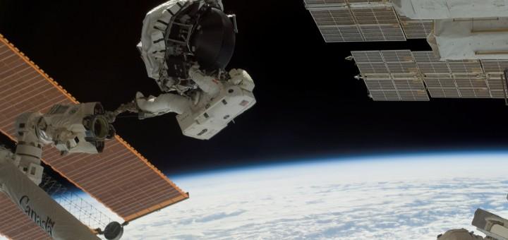 Dave Williams in una EVA di STS-118 per la sostituzione di un CMG della ISS. Fonte: NASA