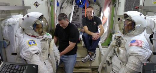 Samantha Cristoforetti e Terry Virts nel mockup dell'airlock per una simulazione di procedure pre & post EVA. Fonte: Samantha Cristoforetti