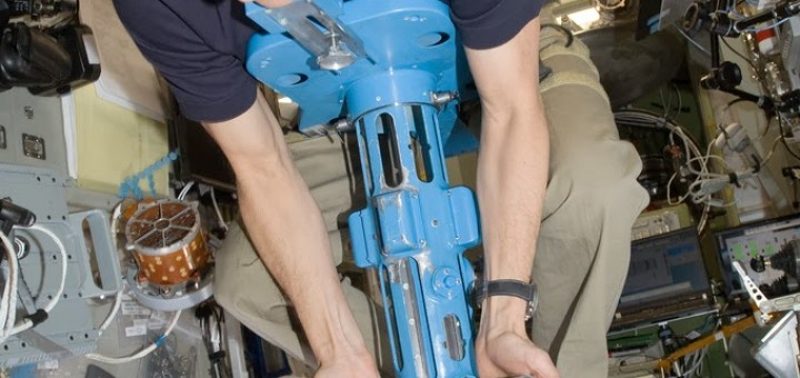 Tom Marshburn usa il dispositivo di misurazione della massa corporea sulla ISS. Fonte: NASA