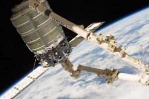 Cygnus catturata dal braccio robotico CanadArm2 in occasione della missione di test COTS-1. Credit: NASA.