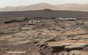 Mosaico di immagini riprese dalla MastCam di MSL che mostra una serie di depositi sedimentari presso il sito di Glenelg, ripreso dalla Yellowknife Bay in direzione ovest-nordovest. (c) NASA/JPL-Caltech/MSSS