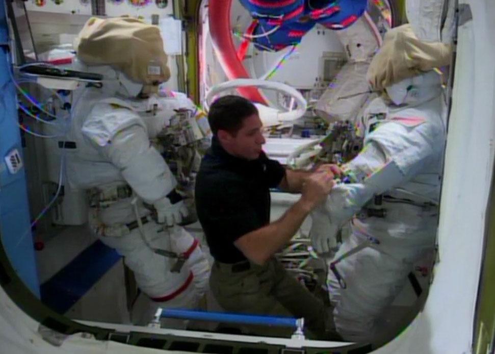 L'astronauta della NASA Micke Hopkins lavora per prepare le tute spaziale per la EVA odierna. Credit: NASATV.