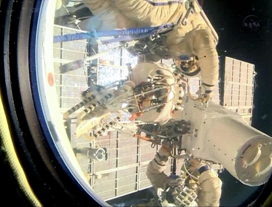 Kotov e Ryazanskiy rimuovono le fotocamere  ad alta definizione. Credit: NASATV.