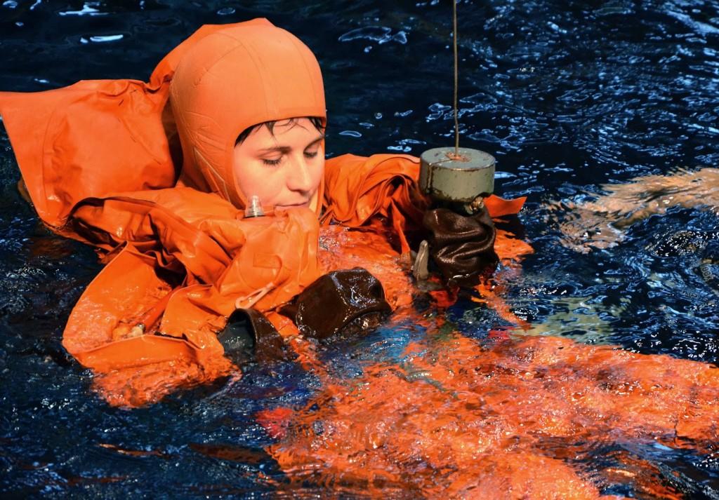 Samantha Cristoforetti si addestra al sollevamento dall'elicottero di soccorso. Fonte: Gagarin Cosmonaut Training Center