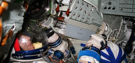 Samantha Cristoforetti in tuta Sokol nel simulatore Soyuz a Star City. Fonte: Gagarin Cosmonaut Training Center
