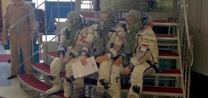 Samantha Cristoforetti e l'equipaggio della Soyuz TMA-15M in una simulazione di evacuazione della ISS con la Soyuz per incendio. Fonte: Gagarin Cosmonaut Training Center
