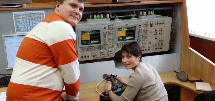 Samantha Cristoforetti al simulatore manuale della Soyuz con il suo istruttore Dima. Fonte: Samantha Cristoforetti