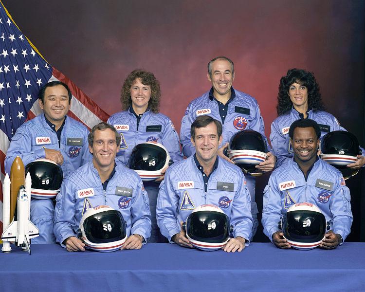 """L'equipaggio della missione STS-51L  Ellison Onizuka, Christa McAuliffe, Gregory Jarvis, Judith Resnik. Michael J. Smith, Francis """"Dick"""" Scobee, Ronald McNair."""