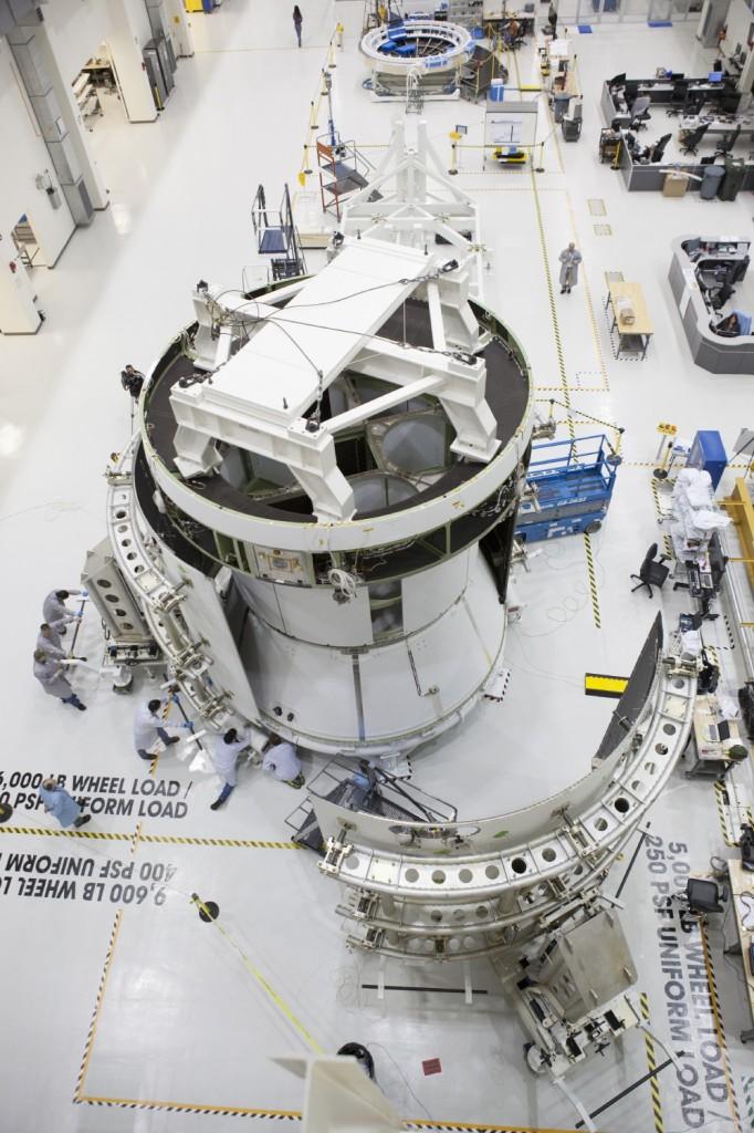 L'assemblaggio del fairing del modulo di servizio di Orion. Credit: NASA.