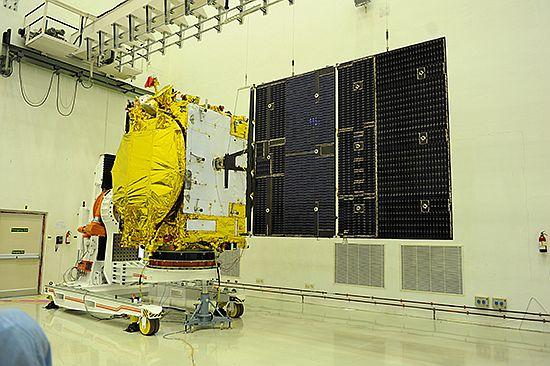 Il satellite GSAT-14 con i panneli solari dispiegati prima del lancio. Credit: ISRO.