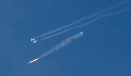 Lo SS2 accend il prpulsore appena sganciato dal WK2 nl lancio del 10 gennaio 2014. Credit: Ken Brown.