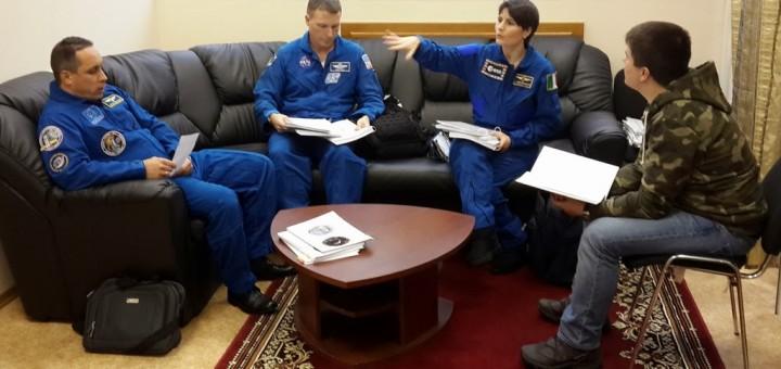 Samantha Cristoforetti e l'equipaggio della Soyuz TMA-15M al debrief con l'istruttore dopo una simulazione Soyuz. Fonte: Samantha Cristoforetti