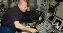 André Kuipers davanti al pannello di controllo dell'ATV sulla ISS. Fonte: NASA