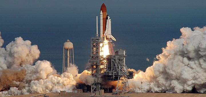 Sullo sfondo del blu dell'Oceano Atlantico, lo Space Shuttle decolla dal Kennedy Space Center con il suo equipaggio di 7 astronauti - L'inizio della missione STS-122 verso la ISS. Credit: NASA/Jim Grossmann.