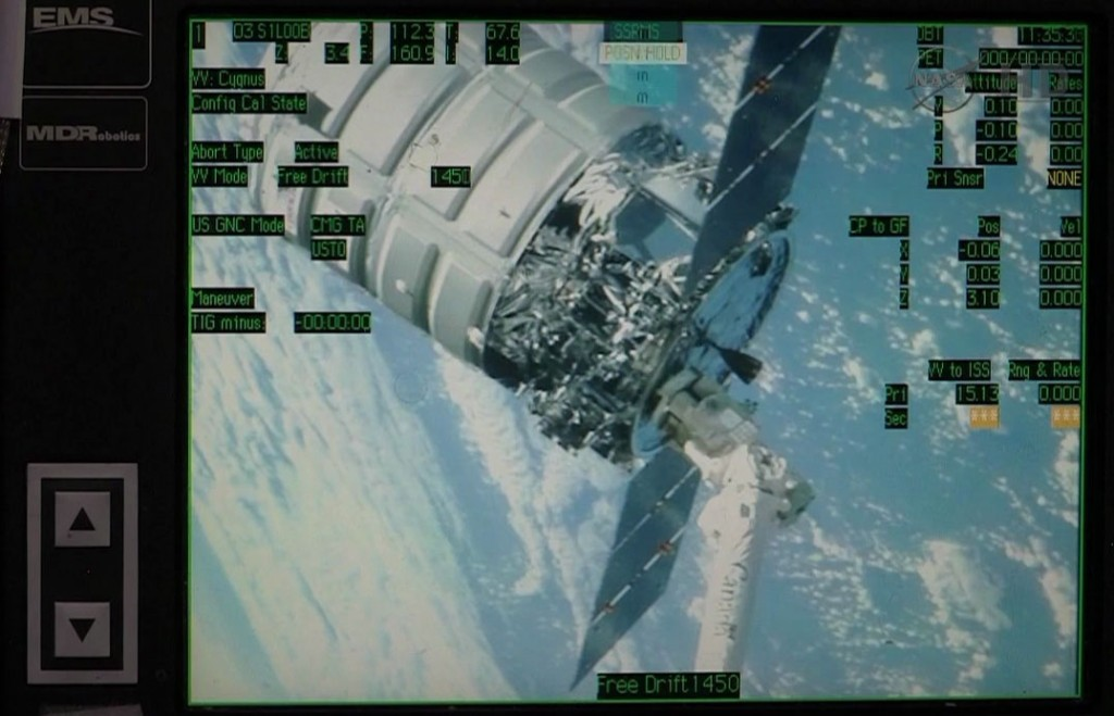 Un monitor della Robotics Workstation nella Cupola fornisce all'equipaggio dell'Expedition 38 una vista di Cygnus sulla parte terminale del braccio robotico dell'International Space Station's . Image Credit: NASA TV