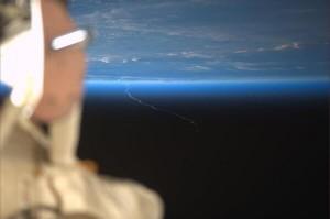 Rick Mastracchio a bordo della ISS ha ripreso la scia dell'Ariane 5 durante il suo viaggio verso l'orbita. (C) NASA/Rick Mastracchio