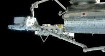 Il braccio robotico di Kibo al lavoro con il Canadarm2 della ISS. Fonte: NASA