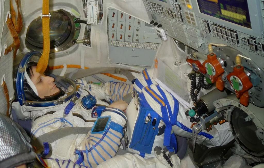 Samantha Cristoforetti in tuta Sokol nel simulatore Soyuz a Star City. Fonte: Samantha Cristoforetti