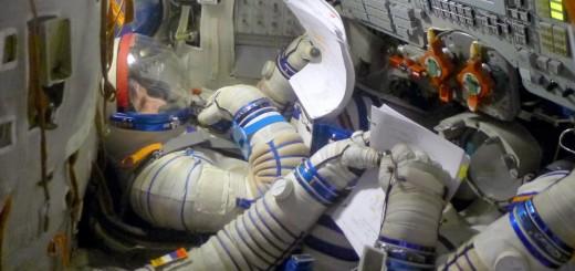 Samantha Cristoforetti esegue un controllo di tenuta della tuta Sokol in una simulazione Soyuz. Fonte: Samantha Cristoforetti