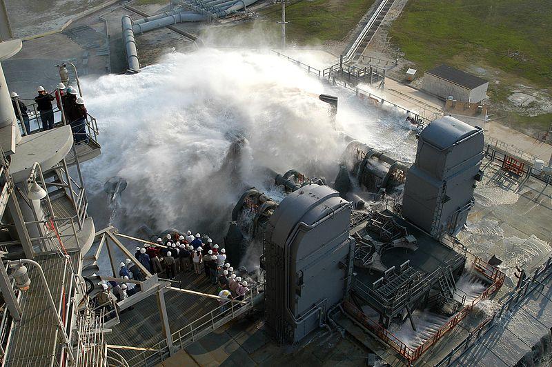 Una dimostrazione del funzionamento del Sound Suppression System per gli Shuttle sulla rampa 39A. Credit: NASA.