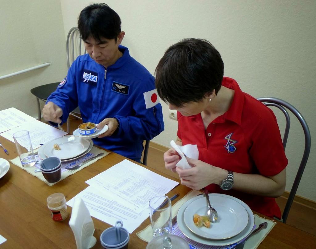 Samantha Cristoforetti a una sessione di assaggio di cibo spaziale russo a Star City. Fonte: Samantha Cristoforetti