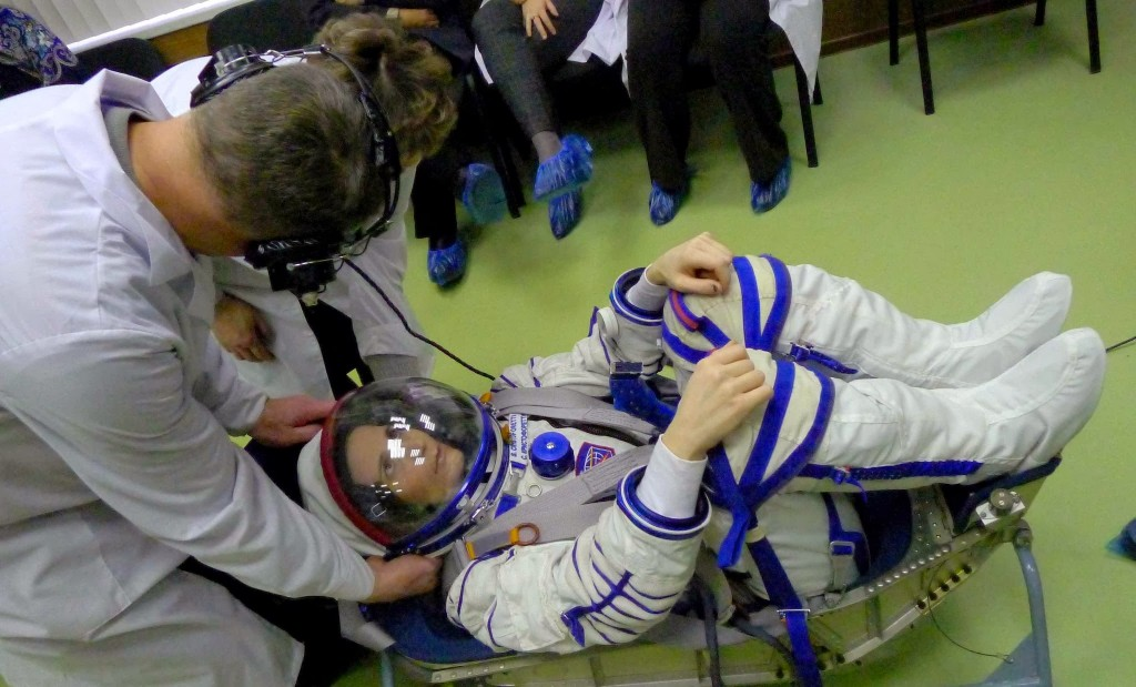 Controllo della pressione al collo del seat liner di Samantha Cristoforetti presso gli stabilimenti Svesda. Fonte: Samantha Cristoforetti
