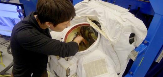 Samantha Cristoforetti si addestra alla manutenzione della tuta EMU al JSC. Fonte: Samantha Cristoforetti