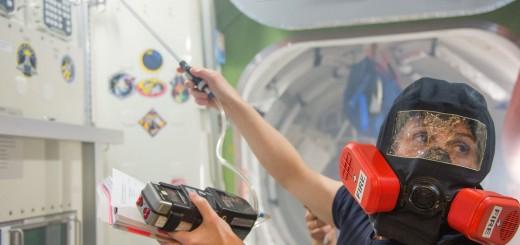 Samantha Cristoforetti in una simulazione antincendio nel mockup della ISS al JSC. Fonte: NASA