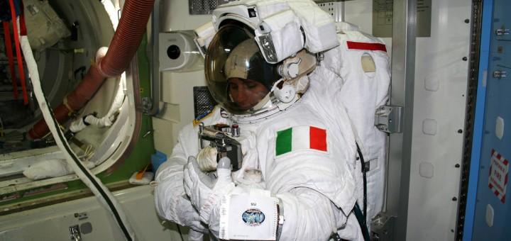 Samantha Cristoforetti in addestramento in tuta EMU al JSC. Fonte: NASA