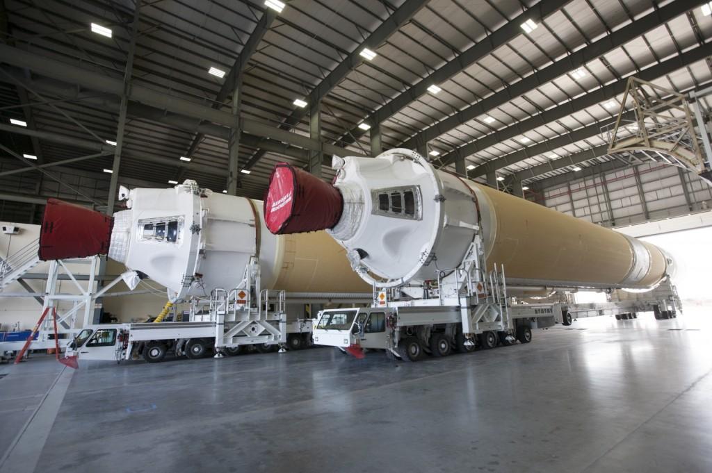 I booster laterali del vettore Delta IV Heavy per la missione EFT-1. Credit NASA.