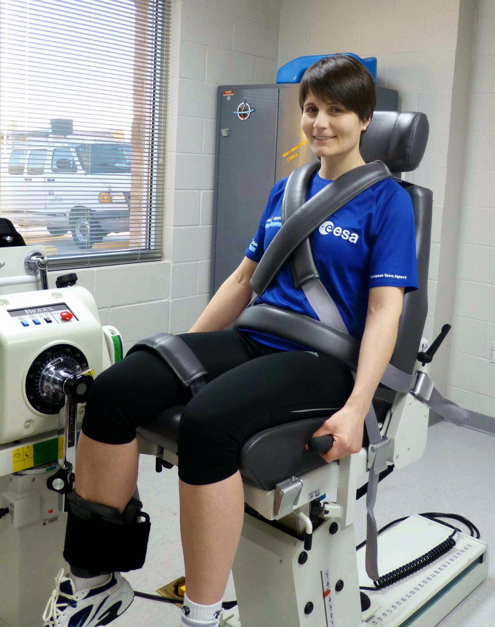 Samantha Cristoforetti esegue una misura di forza muscolare al JSC. Fonte: Samantha Cristoforetti