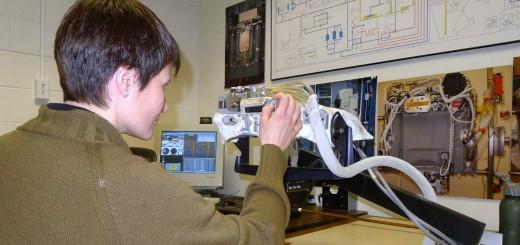 Samantha Cristoforetti esamina gli schemi elettrici della tuta EMU al JSC. Fonte: Samantha Cristoforetti