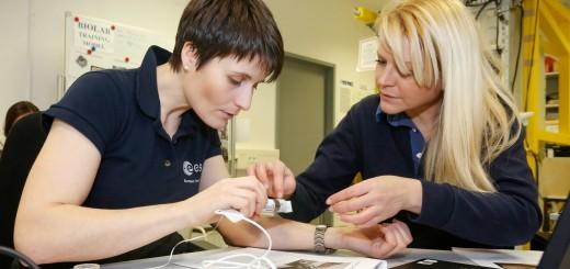 Samantha Cristoforetti si addestra all'esperimento Skin-B all'EAC di Colonia. Credit: ESA/Grotheus