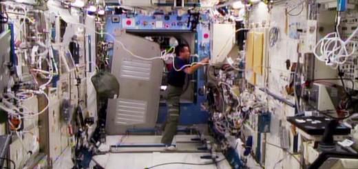 Lo spostamento del rack Deck 1 di Kibo per l'ispezione di una pompa di raffreddamento difettosa. Fonte: NASA