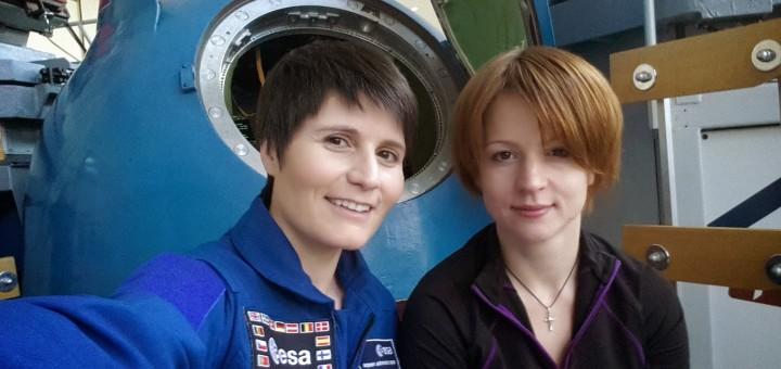 Samantha Cristoforetti con la sua istruttrice Sasha davanti al simulatore di approach & docking manuale a Star City. Credi: Samantha Cristoforetti