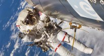 Un astronauta in EVA accanto all'antenna AIS su Columbus. Credit: NASA