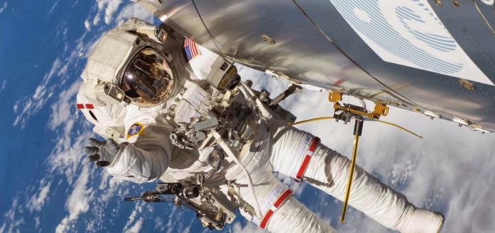 Un astronauta in EVA accanto all'antenna AIS su Columbus. Credit: NASA