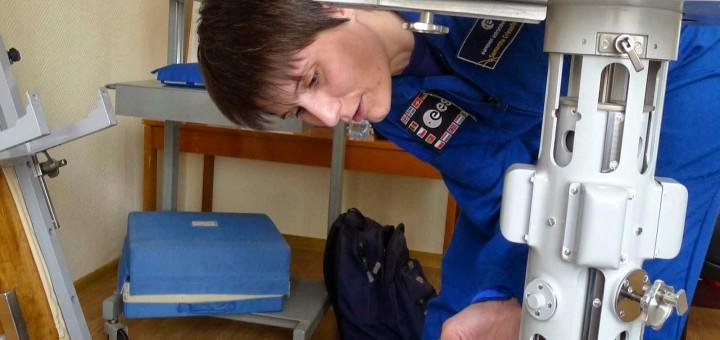 Samantha Cristoforetti esamina il dispositivo per la misura della massa corporea sulla ISS a Star City. Credit: Samantha Cristoforetti