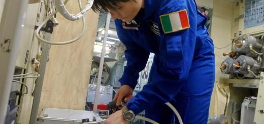 Samantha Cristoforetti sostituisce il contenitore dell'urina e dei rifiuti solidi della toilette nel mockup del segmento russo della ISS. Credit: Samantha Cristoforetti